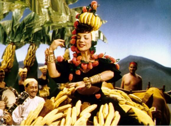 Carmen Miranda foi a principal embaixadora desse Brasil exótico e caloroso. Multiartista, compreendeu como poucos a convergência de talentos exigida pela indústria do cinema. Cantora, dançarina e atriz, fez de si mesma uma personagem